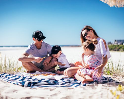 currumbin-family-and-children-having-picnic-food-on-the-beach