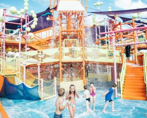 dreamworld-children-playing-in-water-in-pipeline-plunge-(1)