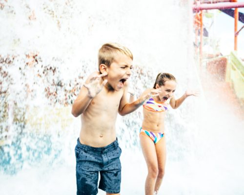dreamworld-children-playing-in-water-in-pipeline-plunge-(2)